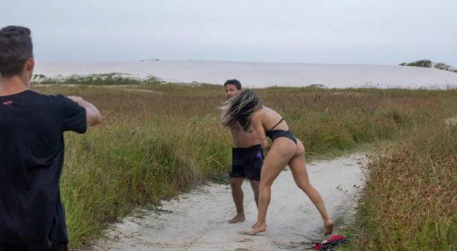 變態男脫褲尻尻騷擾美女,才發現惹錯人了