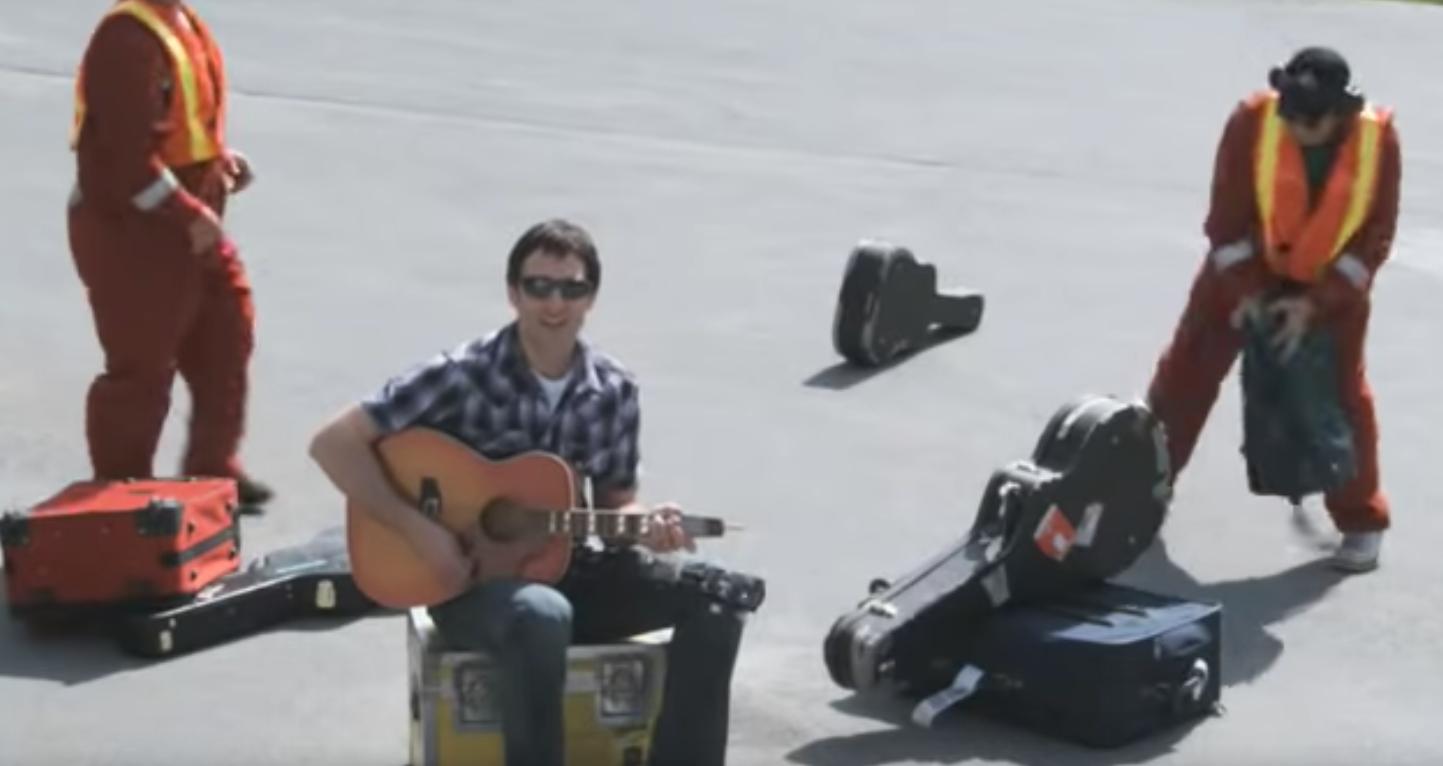 航空公司甩壞吉他拒賠,音樂人寫歌反擊讓該航空股票大跌