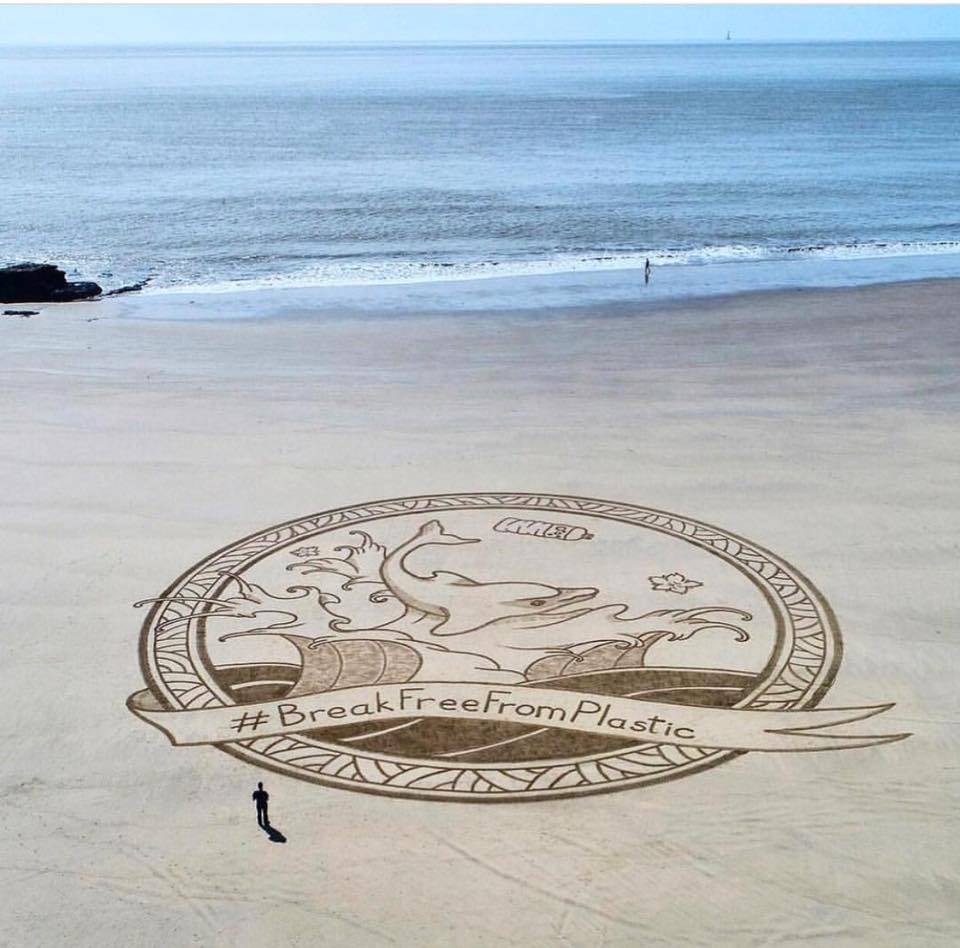 70歲阿嫲花一年時間清理52個海灘!留下美麗的印記