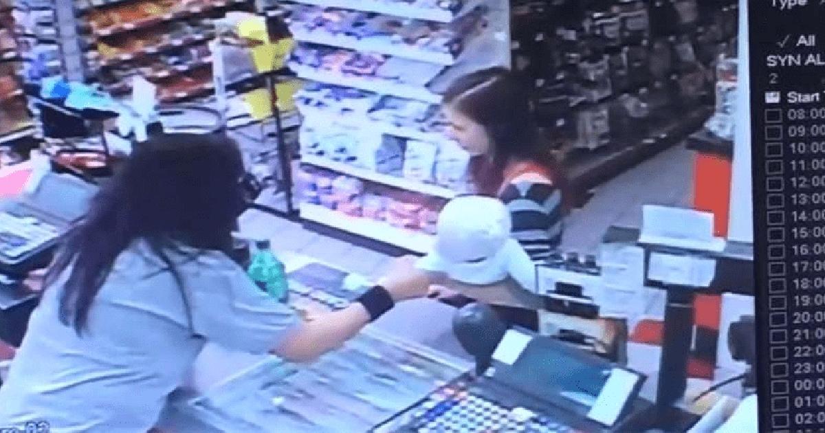 店員發現抱小孩媽媽「表情有點異樣」 「閃電出手」接過小孩救了他一命
